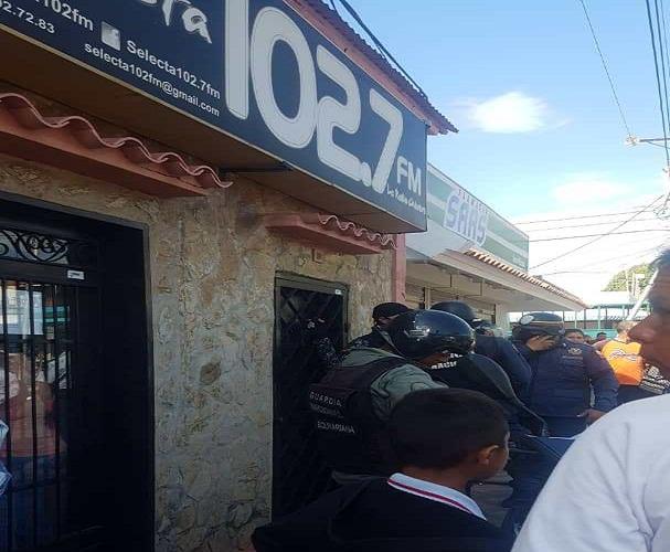 Afectos al régimen chavista intentan agredir a dirigente opositor y dañan emisora zuliana