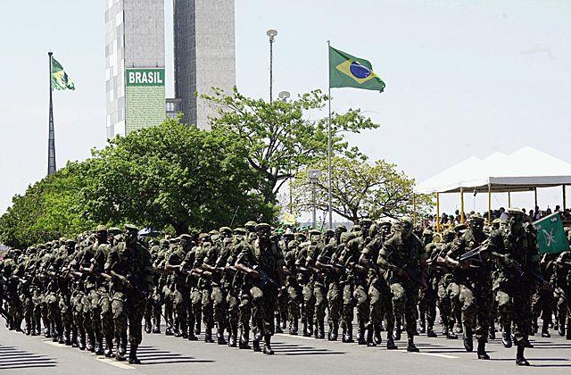 Renuncia alto mando militar de Brasil