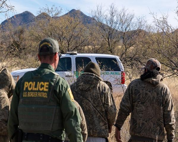 EEUU extiende expulsión de indocumentados en las fronteras por auge del COVID-19